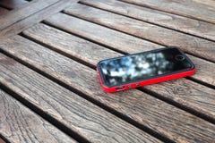 κινητό τηλέφωνο στον πίνακα Στοκ Φωτογραφία