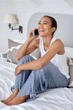 Κινητό τηλέφωνο χαλάρωσης γυναικών στοκ φωτογραφίες με δικαίωμα ελεύθερης χρήσης