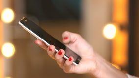 Κινητό τηλέφωνο χρήσης νέων κοριτσιών για τα κοινωνικά δίκτυα ξεφυλλίσματος απόθεμα βίντεο