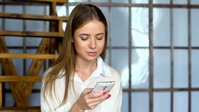Κινητό τηλέφωνο χρήσης νέων κοριτσιών για τα κοινωνικό δίκτυα ή το μήνυμα ξεφυλλίσματος on-line απόθεμα βίντεο