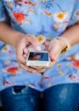 Κινητό τηλέφωνο χρήσης χεριών νέων κοριτσιών στην πόλη Στοκ Φωτογραφία