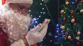 Κινητό τηλέφωνο χρήσης δώρων αγοράς Santa απόθεμα βίντεο