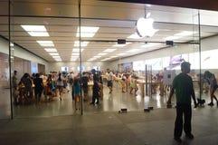 Κινητό τηλεφωνικό κατάστημα της Apple, στη νύχτα της πώλησης του τοπίου Στοκ Φωτογραφίες
