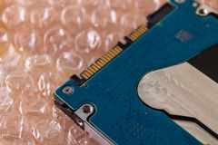 Κινητό HDD στο περικάλυμμα φυσαλίδων, σκληρός δίσκος που συσκευάζει - εικόνα στοκ φωτογραφία