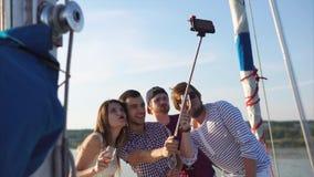 Κινητό selfie των φίλων που έχουν το κόμμα στο γιοτ απόθεμα βίντεο