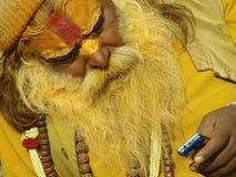 κινητό shivaratri τηλεφωνικού sadhu στοκ φωτογραφία με δικαίωμα ελεύθερης χρήσης