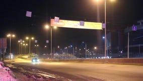 Κινούμενα αυτοκίνητα και εμβλήματα διαφήμισης στη σκοτεινή νύχτα απόθεμα βίντεο