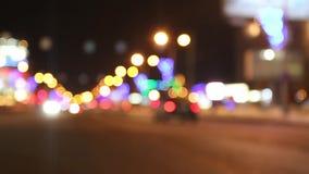 Κινούμενα αυτοκίνητα και κτήρια με το φωτισμό στη σκοτεινή πόλη νύχτας απόθεμα βίντεο