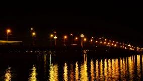 Κινούμενα αυτοκίνητα στη γέφυρα πετρών τη νύχτα απόθεμα βίντεο