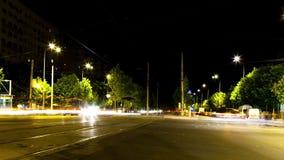 Κινούμενα αυτοκίνητα χρονικού σφάλματος Ov στην πόλη στη νύχτα απόθεμα βίντεο