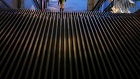 Κινούμενα σκαλοπάτια που βλέπουν άνωθεν Μακρο κυλιόμενη σκάλα μέσα φιλμ μικρού μήκους