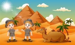 Κινούμενα σχέδια δύο παιδιών που συγκεντρώνουν μια καμήλα στην έρημο διανυσματική απεικόνιση