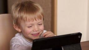 Κινούμενα σχέδια ρολογιών μικρών παιδιών σε μια ταμπλέτα και τα γέλια φιλμ μικρού μήκους