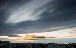Κινούμενα σύννεφα κατά τη διάρκεια του ηλιοβασιλέματος Στοκ Εικόνες
