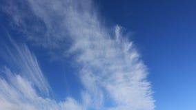 Κινούμενα σύννεφα στο μπλε ουρανό