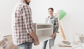Κινούμενες επιπλώσεις ζεύγους στο καινούργιο σπίτι τους στοκ φωτογραφίες με δικαίωμα ελεύθερης χρήσης