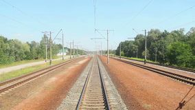 Κινούμενη άποψη τραίνων από το μπροστινό αυτοκίνητο, μεταφορά, δρόμος σιδηροδρόμων απόθεμα βίντεο
