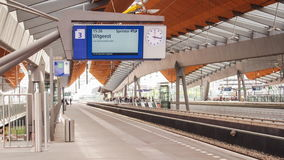 Κινούμενη κυκλοφορία του τραίνου σιδηροδρόμων Πλατφόρμα σιδηροδρομικών σταθμών Οδική διαδρομή ραγών απόθεμα βίντεο