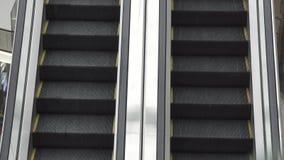Κινούμενη κυλιόμενη σκάλα πάνω-κάτω, mecanic, εκλεκτικός, σκαλοπάτι και κυλιόμενες σκάλες σε μια δημόσια περιοχή απόθεμα βίντεο