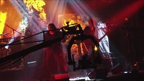 Κινούμενη ορχήστρα ροκ Kukryniksy βλαστών καμερών που αποδίδει στο στάδιο του νυχτερινού κέντρου διασκέδασης Επίκεντρα soloist φιλμ μικρού μήκους