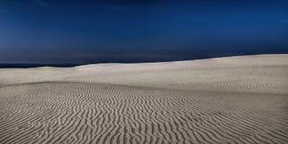 Κινούμενοι αμμόλοφοι, ηλιόλουστη μεσημβρία άνοιξη στοκ φωτογραφία