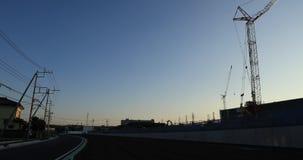 Κινούμενοι γερανοί πίσω από το μπλε ουρανό στον κατώτερο ευρύ πυροβολ απόθεμα βίντεο