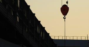 Κινούμενοι γερανοί στην κατώτερη κατασκευή σε Ariake Τόκιο στο σούρουπο φιλμ μικρού μήκους