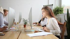 Κινούμενος ολισθαίνων ρυθμιστής καμερών που παρουσιάζει διαφορετικούς υπαλλήλους επιχείρησης που εργάζονται χρησιμοποιώντας το PC φιλμ μικρού μήκους