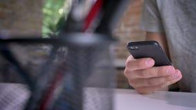 Κινούμενος πυροβολισμός της δακτυλογράφησης χεριών ατόμων ` s στο τηλέφωνο στην αρχή φιλμ μικρού μήκους