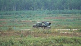 Κινούμενος ρωσικός πολλαπλάσιος εκτοξευτής ρουκετών στρατού φιλμ μικρού μήκους