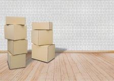 Κινούμενος στο νέο σπίτι ή το διαμέρισμα, offic κενό δωμάτιο με τα καφετιά κιβώτια χαρτοκιβωτίων στοκ φωτογραφίες