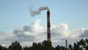 Κινούμενος σωλήνας εγκαταστάσεων παραγωγής ενέργειας σύννεφων με τον καπνό Λετονία 4K απόθεμα βίντεο