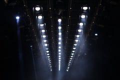Κινούμενος φωτισμός ακτίνων επικέντρων ακτίνων φω'των στην κατασκευή ραφιών Στοκ φωτογραφία με δικαίωμα ελεύθερης χρήσης