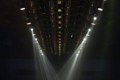 Κινούμενος φωτισμός ακτίνων επικέντρων ακτίνων φω'των στην κατασκευή ραφιών Στοκ Φωτογραφίες