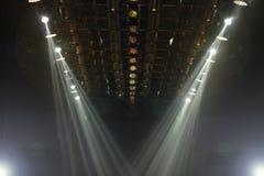 Κινούμενος φωτισμός ακτίνων επικέντρων ακτίνων φω'των στην κατασκευή ραφιών Στοκ εικόνες με δικαίωμα ελεύθερης χρήσης
