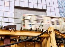 Κινούμενο ανυψωμένο τραίνο EL, μέρος του εικονικού συστήματος μεταφορών του Σικάγου ` s Στοκ εικόνα με δικαίωμα ελεύθερης χρήσης