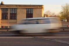 Κινούμενο αυτοκίνητο με την επίδραση θαμπάδων κινήσεων Στοκ εικόνες με δικαίωμα ελεύθερης χρήσης