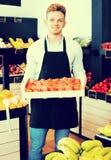 Κινούμενο κιβώτιο πωλητών ατόμων persimmons στοκ φωτογραφίες με δικαίωμα ελεύθερης χρήσης