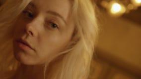 Κινούμενο πορτρέτο του αρκετά ξανθού κοριτσιού με τα ευρέα ανοικτά μπλε μάτια και τα χαριτωμένα χείλια απόθεμα βίντεο