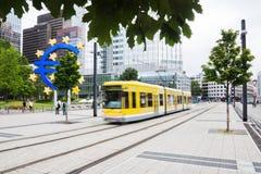 Κινούμενο τραμ μπροστά από τη Ευρωπαϊκή Κεντρική Τράπεζα Στοκ εικόνες με δικαίωμα ελεύθερης χρήσης