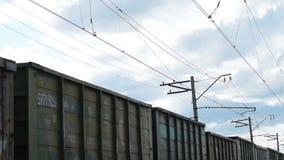Κινούμενο φορτηγό τρένο και νεφελώδης ουρανός απόθεμα βίντεο