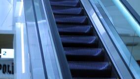 Κινώντας την κυλιόμενη σκάλα επάνω, mecanic, εκλεκτικός, το σκαλοπάτι και τις κυλιόμενες σκάλες σε μια δημόσια περιοχή απόθεμα βίντεο