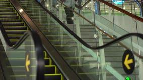 Κινώντας την κυλιόμενη σκάλα επάνω, Mecanic, ηλεκτρικός, το σκαλοπάτι και τις κυλιόμενες σκάλες σε μια δημόσια περιοχή 4K φιλμ μικρού μήκους