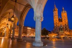 Κιονοστοιχία βραδιού και άποψη του τετραγώνου αγοράς της Κρακοβίας Στοκ Φωτογραφία