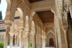 Κιονοστοιχία σε ένα όμορφο προαύλιο Alhambra στη Γρανάδα στην Ισπανία Στοκ Εικόνες