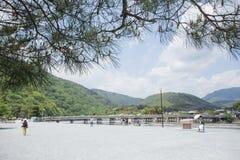 ΚΙΟΤΟ, ΙΑΠΩΝΙΑ - 16 Μαΐου η γέφυρα Togetsukyo πέρα από τον ποταμό Katsura στις 16 Μαΐου 2014 σε Arashiyama, Κιότο, Ιαπωνία Στοκ Φωτογραφία