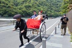 ΚΙΟΤΟ, ΙΑΠΩΝΙΑ - 16 Μαΐου το παντρεμένο ζευγάρι σε Katsura η ακτή στις 16 Μαΐου 2014 σε Arashiyama, Κιότο, Ιαπωνία Arashiyama είν Στοκ εικόνα με δικαίωμα ελεύθερης χρήσης