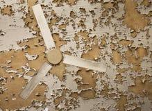 Κιτρινισμένος ανεμιστήρας ενάντια στο παλαιό ανώτατο όριο Στοκ εικόνες με δικαίωμα ελεύθερης χρήσης
