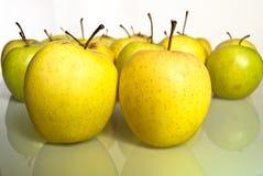 Κιτρινοπράσινα μήλα με την αντανάκλαση Στοκ εικόνες με δικαίωμα ελεύθερης χρήσης