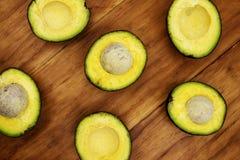 Κιτρινοπράσινο αβοκάντο μισό στον αγροτικό ξύλινο πίνακα Τοπ φωτογραφία άποψης αβοκάντο Λαχανικό αβοκάντο περικοπών στον ξύλινο π Στοκ Φωτογραφίες
